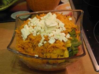 Добавить в салатницу жареную морковь и фету