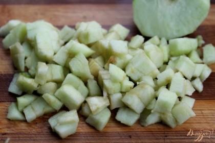 Яблоко выбираем с кислинкой. Яблоко чистим, нарезаем кубиками и высыпаем в салат.