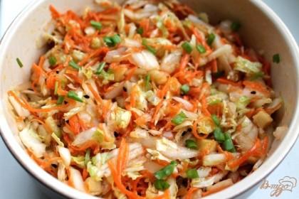 Готово! Оливковым маслом поливаем готовый салат и все перемешиваем. Минут 5 салат должен настояться.  Дополнить овощной салат из пекинской капусты и моркови можно порезанным зеленым луком или другой зеленью. Попробуйте, приятного аппетита.