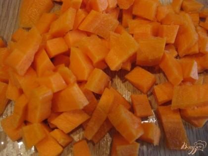 Порезать морковку кубиками.
