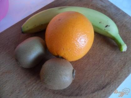 бананы нарезаем кружочками, киви полукольцами, а апельсин небольшими кусочками.