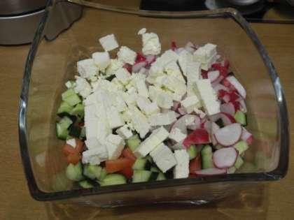 Порезать мелко помидоры, огурцы, фету, красный лук