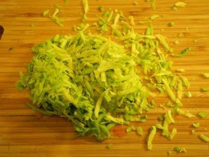 Авокадо очистить от кожуры, вынуть косточку, мякоть натереть на терке и добавить в салатницу