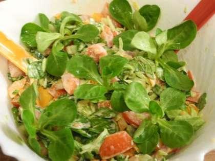 Все ингредиенты салата тщательно перемешать