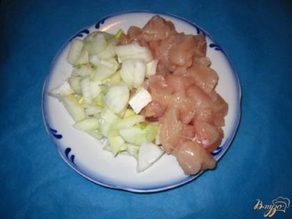 Куриное филе нарезать на небольшие кусочки. Лук нарежьте средними кусочками.