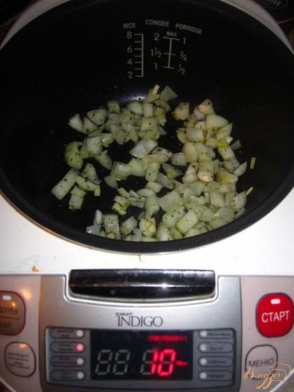 """Мультиварку включите режим """"жарка/тушение"""" положите лук, обжарьте, приправить базиликом, солью."""