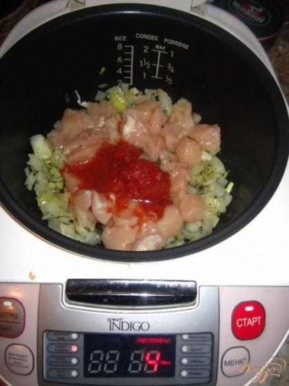 Добавьте к луку куриное филе,томатную пасту,соевый соус перемешайте и тушите минут пять.