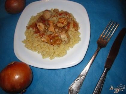 Готово! Пасту смажьте сливочным маслом, выложите на блюдо и полете с верху соусом с кусочками курицы.