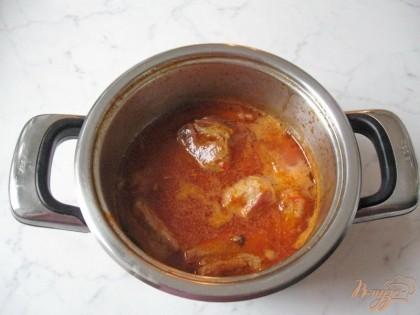 Варим мясо до готовности 30-35 минут. В конце кладем измельченный чеснок.