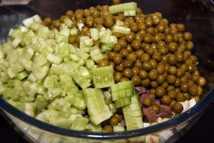 Очищенные языки мелко режем и добавляем в салат.