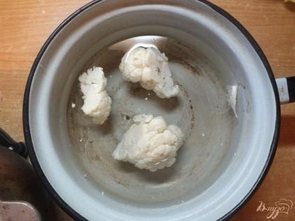 Цветную капусту варим в подсоленной воде 3-5 мин, до готовности. Она не должна хрустеть. Яйцо варим в крутую.