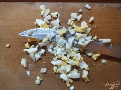 Яйцо ножом нарезаем очень мелко.