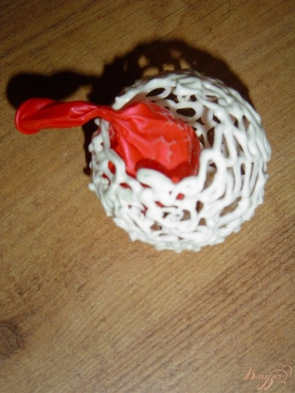 После этого, аккуратно прокалываем шарик иголкой или развязываем его. Но проделывать это нужно медленно выпуская воздух,чтобы не поломать айсинговый шарик.