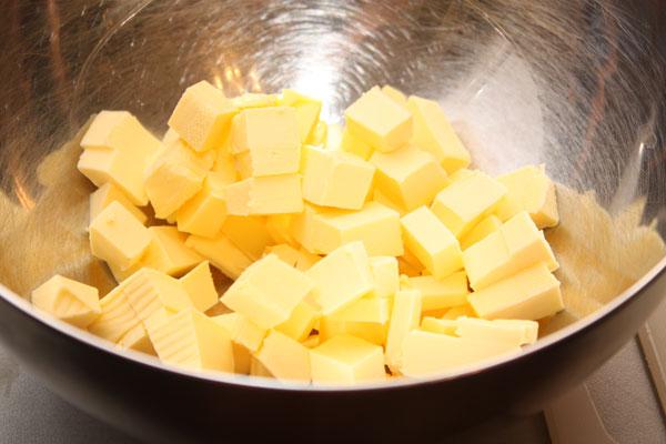 Сливочное масло нужно нарезать небольшими кубиками.