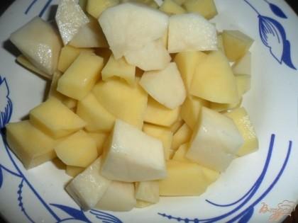 В готовый бульон порезать картофель.