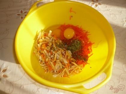 Если квашеная капуста очень кислая и соленая - сперва её надо промыть. Соединяю капусту с морковью по-корейски, добавляю яйца, смесь сушеной зелени, тмин, сахар и соль.