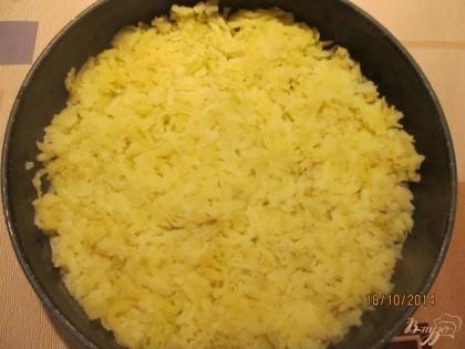 Форму для запекания смазываем сливочным масло и выкладываем натертый на крупной терке картофель.