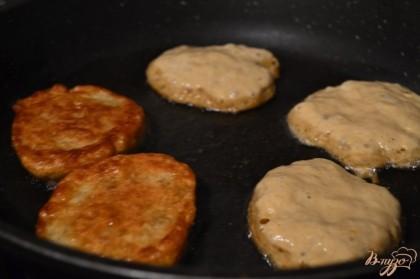 Тесто не осаживать ! Брать столовой ложкой и класть на сковороду с растительным маслом.Обжаривать с обеих сторон до готовности на тихом огне.