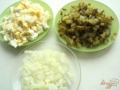 Лук мелко порезать и залить на 1-2 минуты горячей водой, что бы удалить горечь. Затем промыть холодной водой. Порезать мелким кубиком огурцы и яйца.