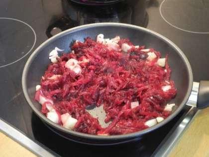 Добавить на сковороду свеклу и обжарить