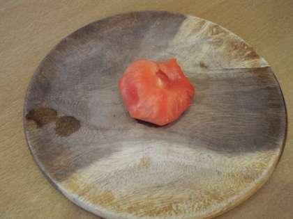 Снять с помидора кожицу и мелко порезать
