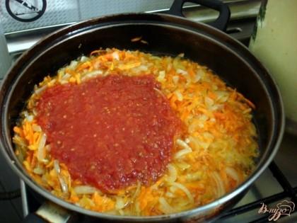 Когда овощи станут мягкими, добавим к ним перемолотые томаты, или томатную пасту, по своему вкусу.