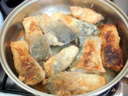 Панируем рыбу в муке и жарим на растительном масле.