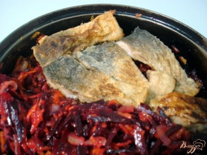 На дно формы, или сковороды, выкладываем слой овощей. На них рыба и опять слой овощей.Доливаем стаканом горячей воды и ставим на небольшой газ на 30 минут.