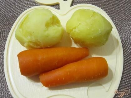 Отварить картофель и морковь. Немного остудить и очистить.