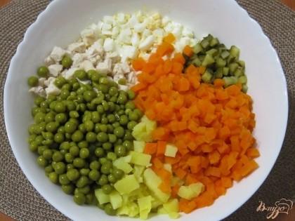 В салатнике смешать все подготовленные ингредиенты, добавить зеленый горошек, посолить и поперчить.