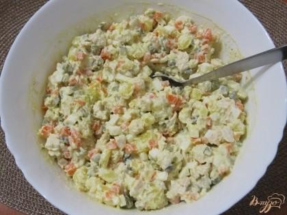 Заправить салат майонезом и перемешать. Можно добавить мелконарезанную зелень. Дать салату настояться.