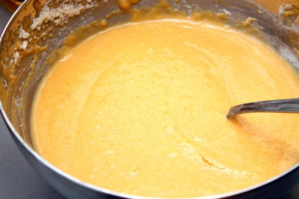 Добавляем муку, яйцо, соль, сахар и разрыхлитель.<br>Замешиваем однородное густое тесто.