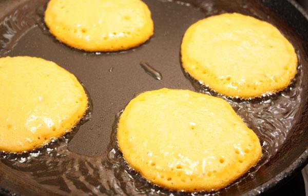На сильно разогретой сковороде с маслом печем оладьи.