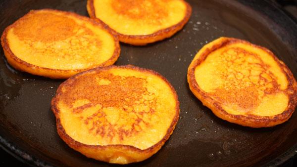 Они должны быть золотисто-оранжевого цвета с обеих сторон.<br>Подавать оладьи можно с чем угодно — со сметаной, вареньем, медом, сгущенкой... Можно даже кушать совсем без добавок, очень уж они вкусные получаются! :)