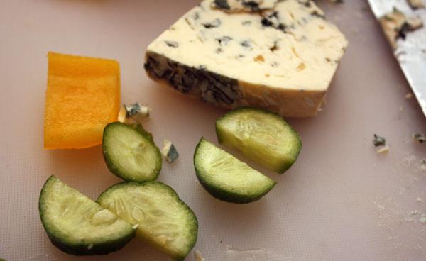 Сыр с голубой плесенью, свежий огурец и желтый перец.<br><br>Все это будет дополнено оливками и маслинами и нанизано на шпажки в такой последовательности:<br>1. перец-сыр-оливка (маслина);<br>2. огурец-сыр-оливка (маслина).<br><br>Мне кажется, что более острый сыр с голубой плесенью лучше сочетается с маслинами, а сыр с белой плесенью — с оливкой.