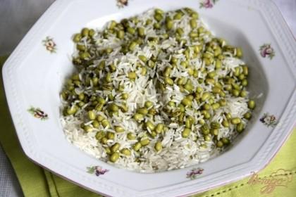 Смешать рис с машем (сцеженным от воды)Если рис - быстроразваривающийся, то его лучше добавлять через 15 мин. после маша.