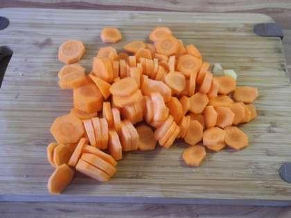 Морковь порезать кружочками и добавить в кастрюлю