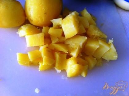 Крупный кубиком нарезаем картофель.