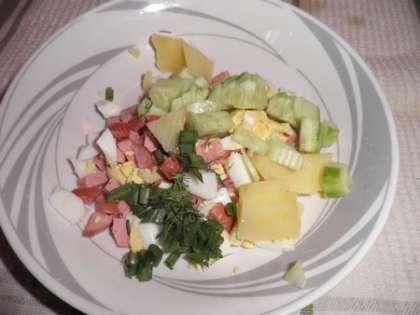 В каждую тарелку положить мясо, картошку, яйца, зеленый лук, редиску, огурец. Залить квасом.