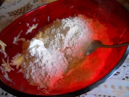 Добавляем ложечку сметаны, лучше пожирнее, муку, соль.