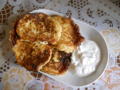 Готово! Выкладываем тесто на разогретую сковороду с растительным маслом небольшим порциями и жарим с двух сторон до готовности. Подаем в горячем виде, со сметаной.