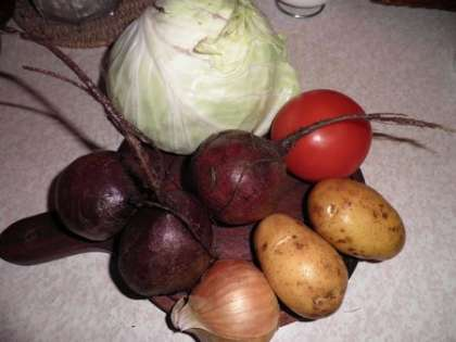 Подготовить овощи: свеклу. картошку, лук, капусту и помидор
