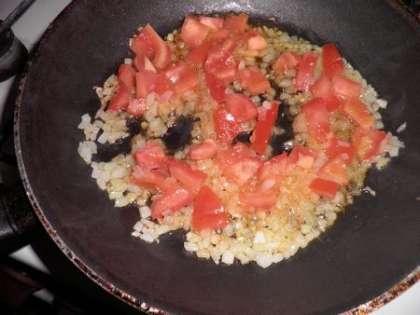 Приготовить заправку: обжарить лук и помидор