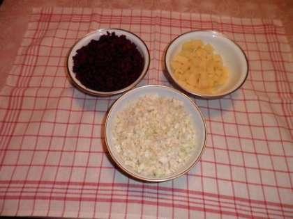 Порезать свеклу, картошку и капусту