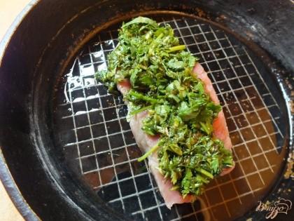 На смазанную маслом сковородку кладем мясо и сверху выкладываем шубу толстым слоем. Поливаем оставшимся соевым соусом и запекаем при 180 градусах около 35 мин, до готовности.
