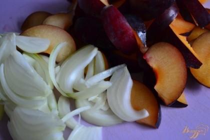 Сливы и луковицу нарезать на дольки.На сковороде с 20 мл. оливкового масла потушить в течении 5-7 мин.