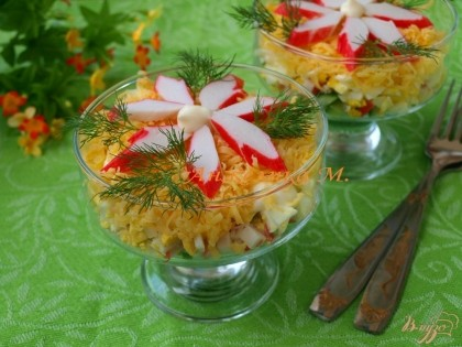 Готово! Посыпать салат твёрдым сыром и украсить крабовыми палочками и ветками укропа. Приятного аппетита!