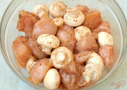 Добавить в миску с курицей промытые и обсушенные грибы,осторожно перемешать и оставить на 30 минут в покое,накрыв крышкой.
