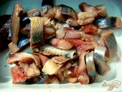 Затем нарезаете рыбу поперёк туловища на полоски.