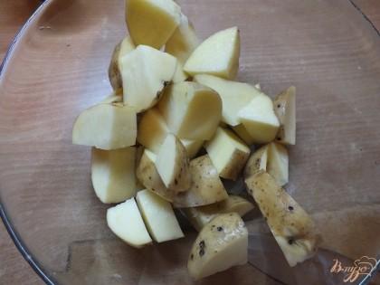 Складываем картошку в миску и солим, перчим, добавляем специи и перемешиваем.